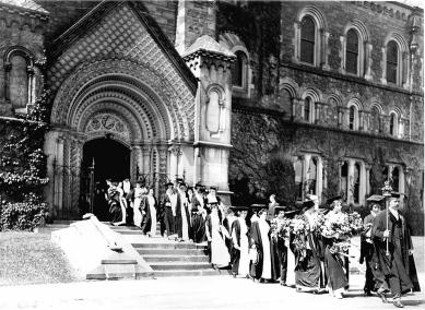 Women_graduates_University_of_Toronto_circa_1915.jpg